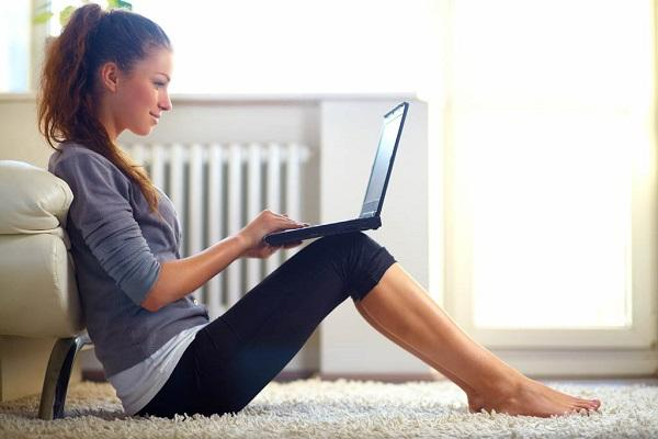 Mujer con PC